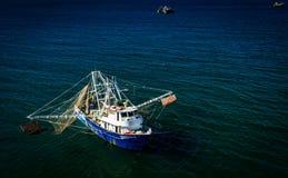 Von der Luft, Brummenansicht eines Garnelenbootes auf dem Meer von Cortez stockfotos