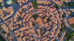 Von der Luft Draufsicht mittelalterlichen Dorfs Bram von oben, Süd-Frankreich lizenzfreie stockbilder