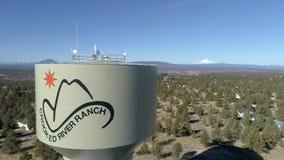 Von der Luft - gekrümmter Fluss-Ranch-Wasserturm stock video footage