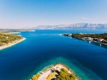 Von der Luft - hohe ange Ansicht des Dorfs Kleine adriatische Stadt Stockfoto