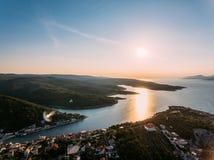 Von der Luft - hohe ange Ansicht des Dorfs Kleine adriatische Stadt Stockbilder