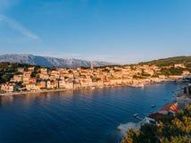 Von der Luft - hohe ange Ansicht des Dorfs Kleine adriatische Stadt Lizenzfreie Stockfotografie