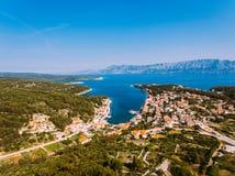 Von der Luft - hohe ange Ansicht des Dorfs Kleine adriatische Stadt Stockfotografie