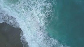 Von der Luftdraufsicht von den stürmischen Türkismeereswellen schäumend und spritzend, große Wellen von oben stock footage