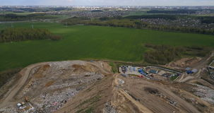 Von der Luftdraufsicht der Anlage der Müllkippe und der Abfallwirtschaft Hubschrauber, der über den großen Stapel des Abfalls und stock video
