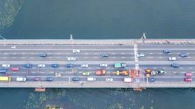 Von der Luftdraufsicht des Brückenstraßen-Kraftfahrzeugverkehrstaus vieler Autos von oben, des Blockes und der Straßenreparatur,  Lizenzfreie Stockfotos