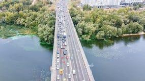 Von der Luftdraufsicht des Brückenstraßen-Kraftfahrzeugverkehrstaus vieler Autos von oben, des Blockes und der Straßenreparatur,  Stockfotos