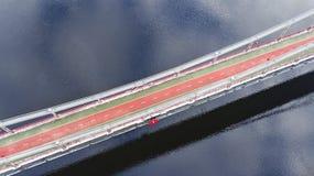 Von der Luftdraufsicht des Fußgängers und des Radfahrenwegwegs auf Parkbrücke im Winter und des Dnieper-Flusses von oben, Stadt v Lizenzfreies Stockbild