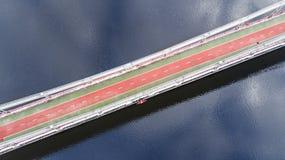 Von der Luftdraufsicht des Fußgängers und des Radfahrenwegwegs auf Parkbrücke im Winter und des Dnieper-Flusses von oben, Stadt v Stockfotos