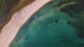 Von der Luftdraufsicht des Kristalltrinkwassers vom Baikalsee Vogelperspektive der K?stenlinie von Olkhon-Insel, leerer Strand stock footage