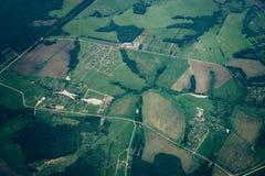 Von der Luftdraufsicht des Landes, grüne Felder, Straßen Lizenzfreie Stockfotos