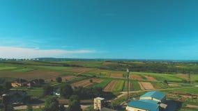 Von der Luftdraufsicht des Landschaftsbereichs mit überraschenden Landschaften und fruchtbaren Feldern 4K stock video footage