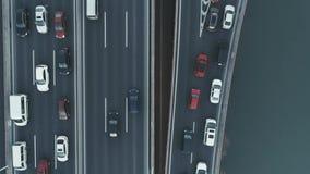 Von der Luftdraufsicht des Landstraßenaustausches Von der Luftdraufsicht der Straßenkreuzung vom oben genanntem, Kraftfahrzeugver stock video footage