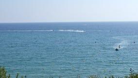 Von der Luftdraufsicht des Mittelmeerstrandes voll der Touristen Leute und Regenschirme während Sommerferien trave stock video footage