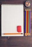 Von der Luftdraufsicht des Schulschreibhefts mit Bleistiften Stockbilder