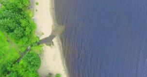 Von der Luftdraufsicht des Seeufers im Sommer stock footage