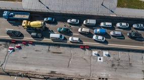 Von der Luftdraufsicht des StraßenKraftfahrzeugverkehrstaus vieler Autos von oben, des Blockes und der Straßenreparatur, Stadttra Stockfoto