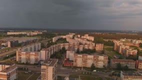 Von der Luftdraufsicht des Sturms kommend ankommend in einem Bezirk des sowjetischen Entwurfs - Sonnenuntergang in der europäisch stock video