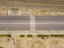 Von der Luftdraufsicht des Zebrastreifens auf einer Straße f der schnellen Geschwindigkeit der Landschaft lizenzfreie stockfotografie