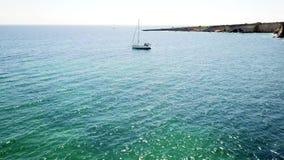 Von der Luftdraufsicht eines Segelboots im blauen Wasser stock video