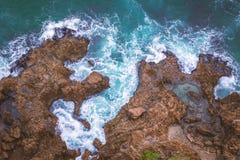 Von der Luftdraufsicht der felsigen Küstenlinie in Südafrika lizenzfreies stockbild