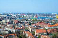 Von der Luftdraufsicht von Gdansk-Stadt, von Portkränen, von Anlagen, von Gebäuden von der Ansichtplattform der Kirchenkathedrale stockfotografie
