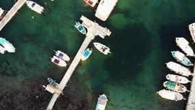 Von der Luftdraufsicht der Hafenbucht mit den Fischerbooten und -yachten, die nahe Pier schwimmen Brummen geschossen vom Stadthaf stock footage