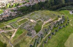 Von der Luftdraufsicht der Inkaruinen von Sacsayhuaman lizenzfreie stockfotografie