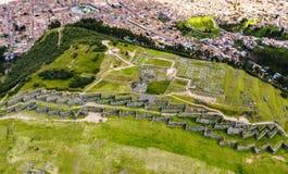 Von der Luftdraufsicht der Inkaruinen von Sacsayhuaman lizenzfreies stockfoto