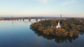 Von der Luftdraufsicht der Kirche auf klösterlicher Insel auf Dnieper-Fluss in Dnipro-Stadt stock footage