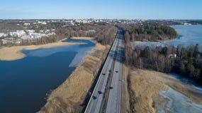 Von der Luftdraufsicht der Landstraße Sonniger Frühlingstag Ansicht von oben genanntem, Autoverkehr stockbilder