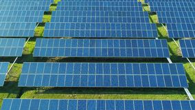 Von der Luftdraufsicht von Sonnenkollektoren bewirtschaften Solarzelle mit Sonnenlicht Brummenflug ?ber Sonnenkollektorfeld, ausw stock video