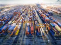 Von der Luftdraufsichtbehälter im Hafenlager, das für den Export wartet lizenzfreies stockbild
