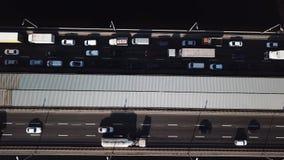 Von der Luftdraufsichtbrücke mit vielen Autos auf ihr, Kiew Ukraine stock footage