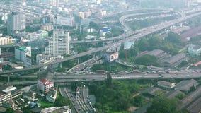 Von der Luftdraufsichtpanorama von Landstraßen tauschen Verkehr in Bangkok, Thailand aus stock video footage