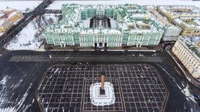 Von der Luftvorderansicht am Winter-Palastgebäude, außen mit Schnee Palast-Quadrat und Aleksandr Column an der Wintersaison Besch Lizenzfreie Stockbilder