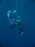 Von der Tiefe des blauen Loches heraus sich bewegen lizenzfreies stockbild