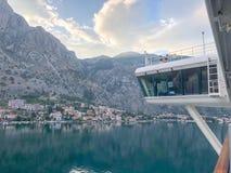 Von einem Kreuzfahrtbalkon, der Montenegro-Dorf und Kreuzschiffbrücke betrachtet lizenzfreies stockfoto