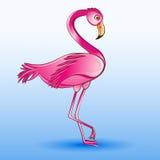 Von einem rosa Flamingo, der auf einem blauen Hintergrund steht Stockfotografie