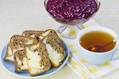 Von einer roten Johannisbeere, von den Kuchen und von der Schale mit Tee kochen Stockbilder