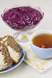 Von einer roten Johannisbeere, von den Kuchen und von der Schale mit Tee kochen Lizenzfreies Stockfoto