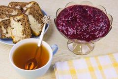 Von einer roten Johannisbeere, von den Kuchen und von der Schale mit Tee kochen Lizenzfreies Stockbild