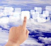 Von Hand eindrücken der Taste auf blauem Himmel Lizenzfreie Stockfotos