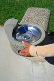 Von Hand eindrücken des Wasser-Brunnens Lizenzfreie Stockfotos