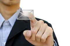 Von Hand eindrücken einer Tasten-eMail stockbilder