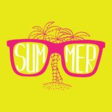 Von Hand gezeichnete Illustration mit Sonnenbrille und Palmen mit Beschriftung stockfotografie