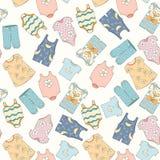 Von Hand gezeichnetes nahtloses Muster von Kinderkleidung Lizenzfreies Stockfoto