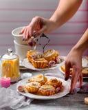 Von Hand verziert mit Rosen ein Stand mit Zitronenkleinen kuchen Stockbilder