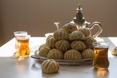 Von Hand verziertes 'Maamoul 'ein arabischer Nachtisch füllte die Plätzchen, gemacht mit Daten Paste, Mandeln, Walnüsse und Zimt lizenzfreie stockfotografie