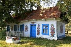 Von Hand verziertes Landschaftshaus in Zalipie, Polen. Lizenzfreie Stockfotografie